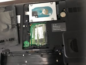 カップラーメンをこぼしてしまい電源が入らなくなったノートパソコン