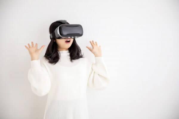 VRを楽しむ女性