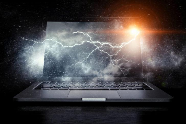 雷とノートパソコン