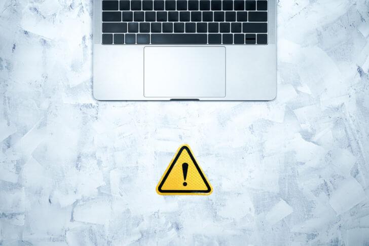注意マークが表示されるノートパソコン