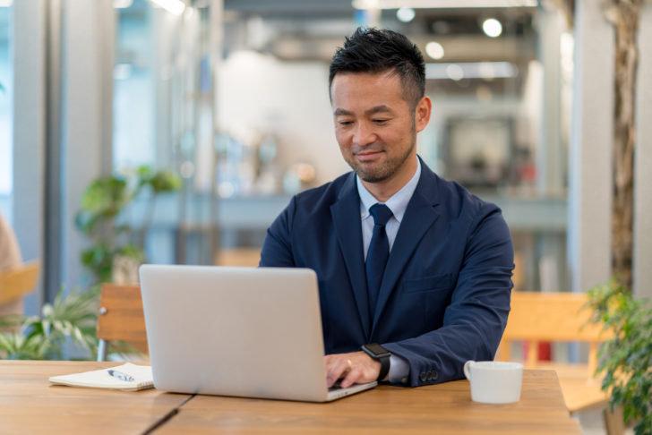 ノートパソコンを使う日本のビジネスマン