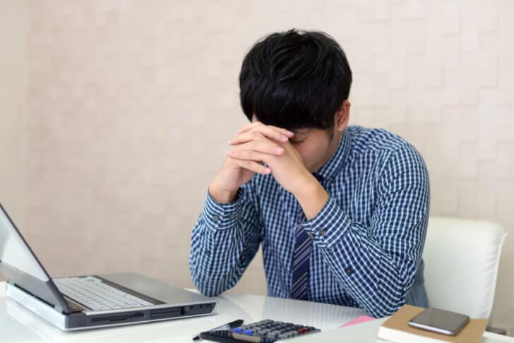 パソコントラブルで失望する男性