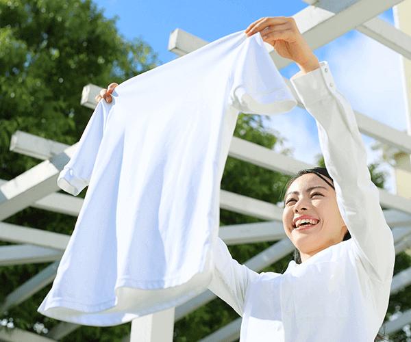 洗濯物を外に干す