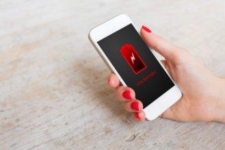 充電マークが表示されているiPhone