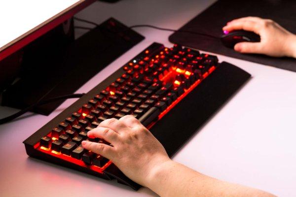 赤色の光を放つゲーミングキーボード