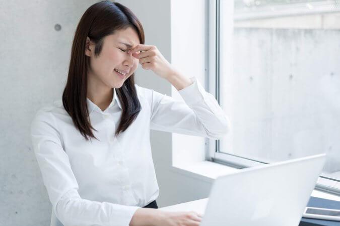 スマホとPCを使うときの姿勢に要注意。ストレートネックの原因と対処法
