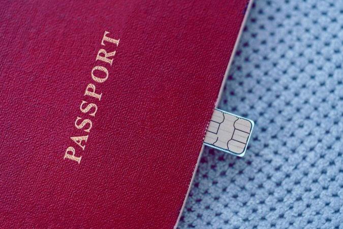 海外旅行では現地のSIMカードの方がお得?