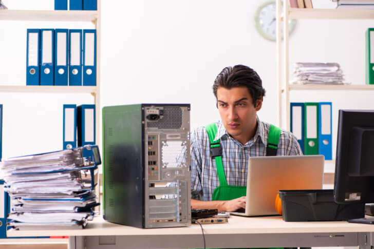 パソコンを修理するエンジニア