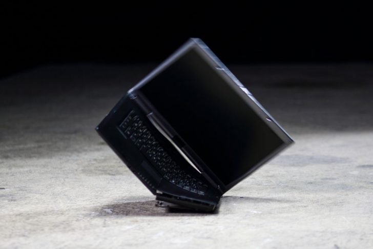 落下したノートパソコン