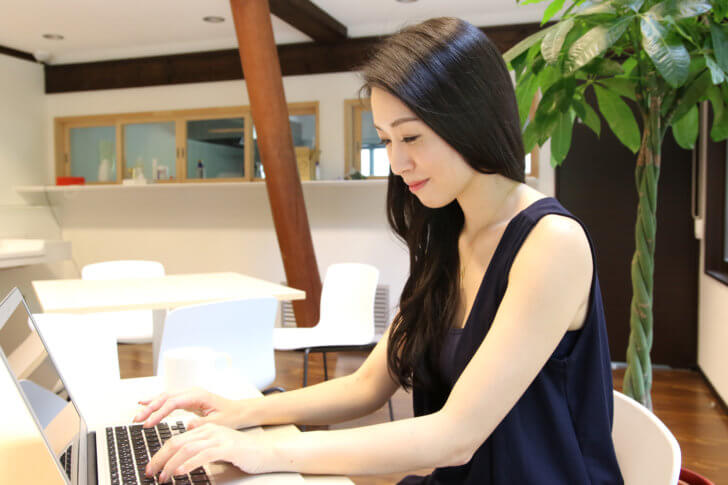MacBookを使う女性