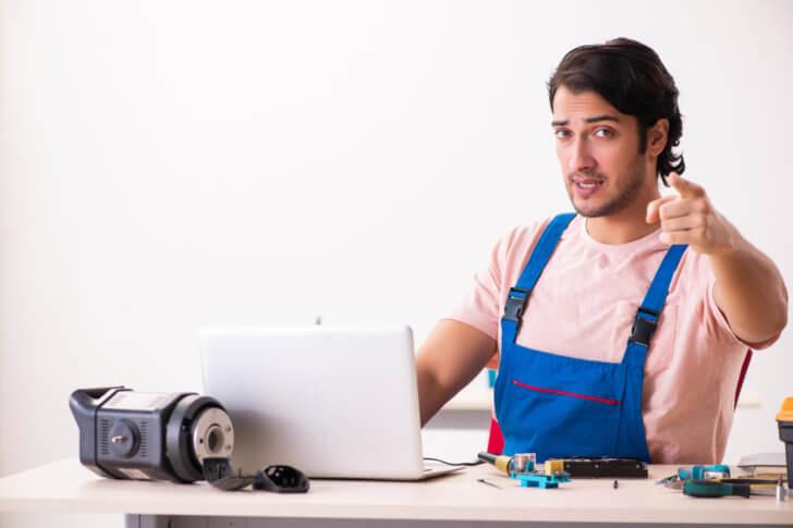 MacBookを修理するスタッフ