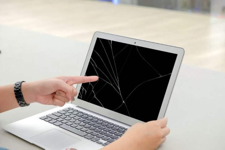 ノートパソコンの液晶パネル割れ