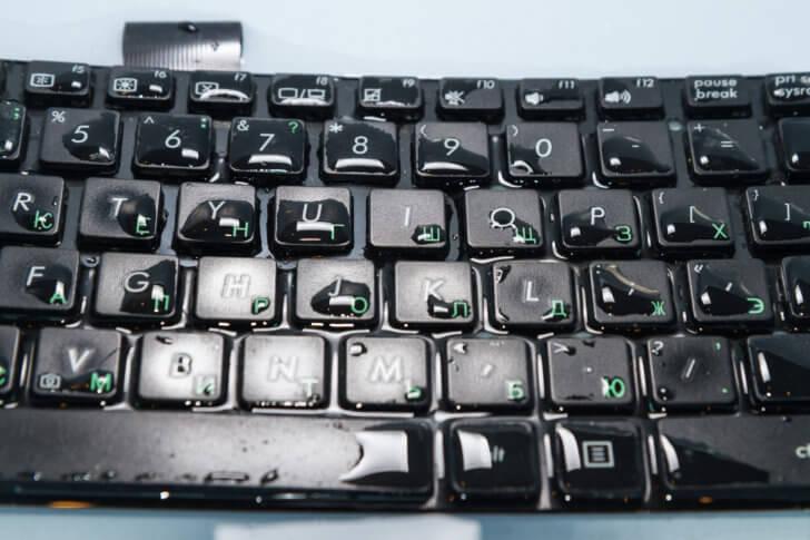 キーボードに水をこぼした場合の対応方法