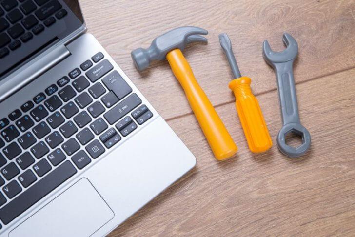 ノートパソコンと工具