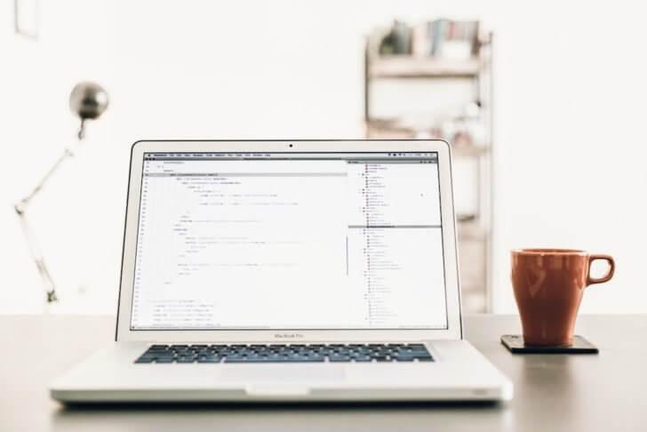 パソコンとマグカップ
